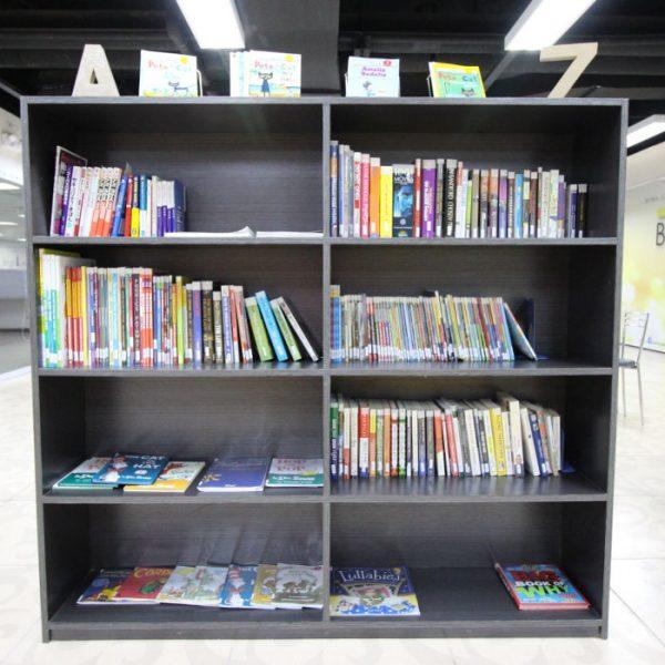 本棚には英語の書籍がたくさんあります